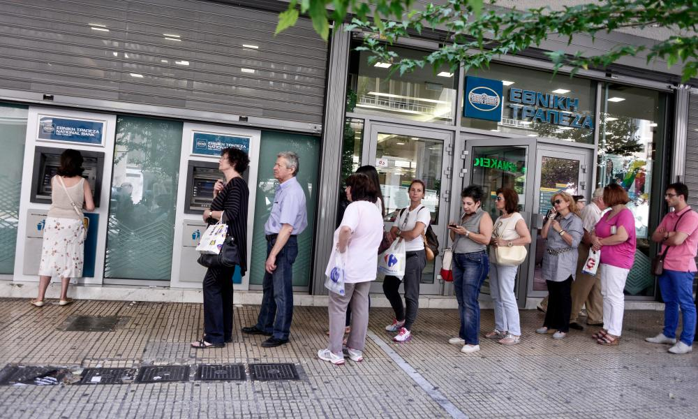 Greece Facing Uncertain Future After Rejecting EU Proposals<br />ATHENS, GREECE &#8211; JULY 6: People line up at an ATM machine outside a bank on July 6, 2015 in Athens Greece. Politicians in Europe and Greece are planning emergency talks after Greek voters rejected EU proposals to pay back it's creditors creating an uncertain future for Greece. Finance minister Yanis Varoufakis resigned hours after the vote saying that it was felt his departure would be helpful in finding a solution.. ( Photo by Milos Bicanski/Getty Images)&#8221; width=&#8221;1000&#8243; height=&#8221;600&#8243; class=&#8221;gu-image&#8221; /><br /> <figcaption> <span class=