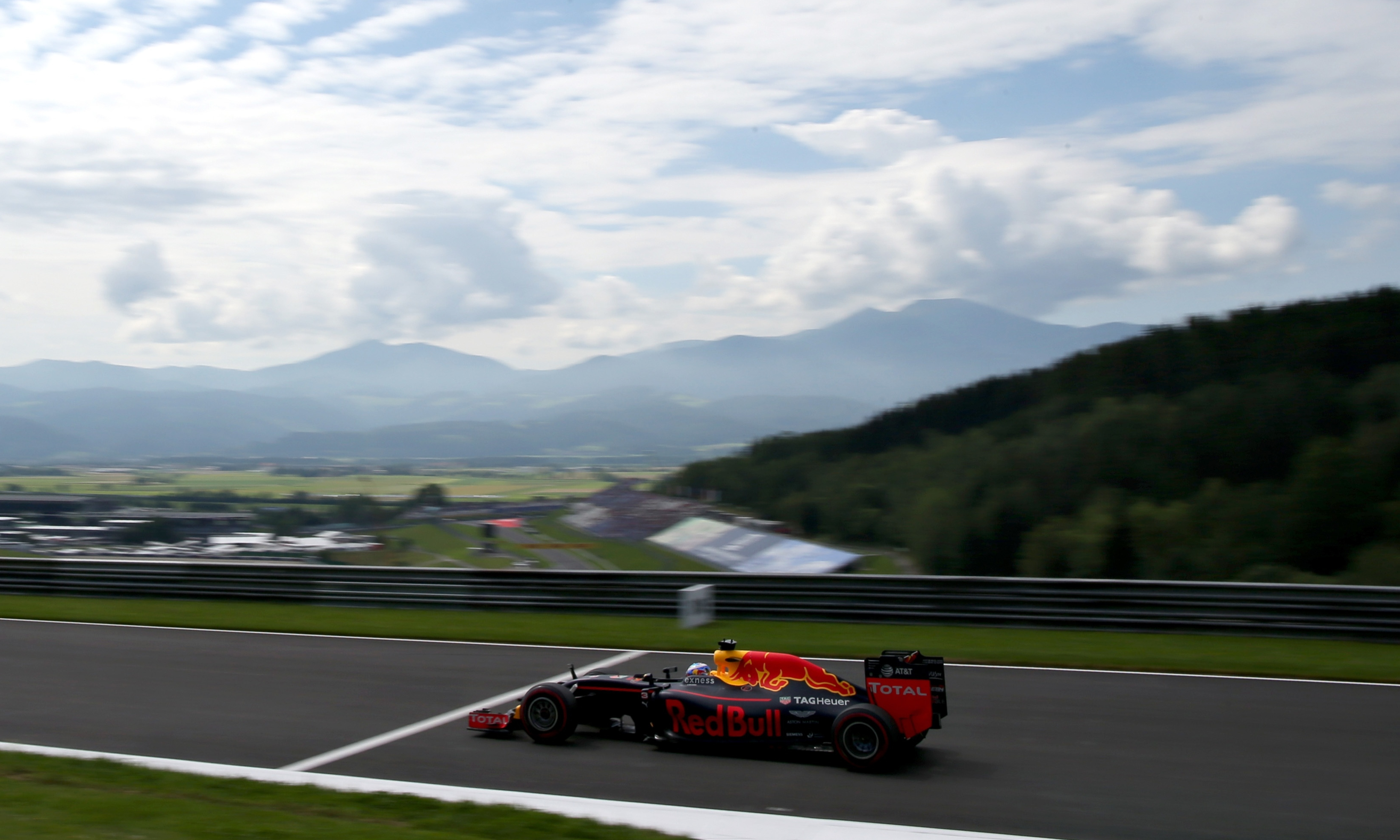 Lewis Hamilton takes pole at Austrian F1 Grand Prix amid the showers