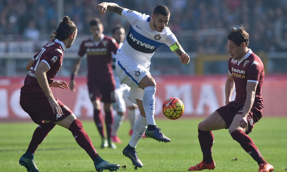 Mauro Icardi tries to escape the attentions of the Torino defence.