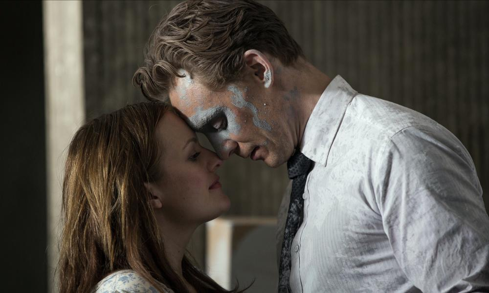 Elisabeth Moss and Tom Hiddleston in High-Rise.