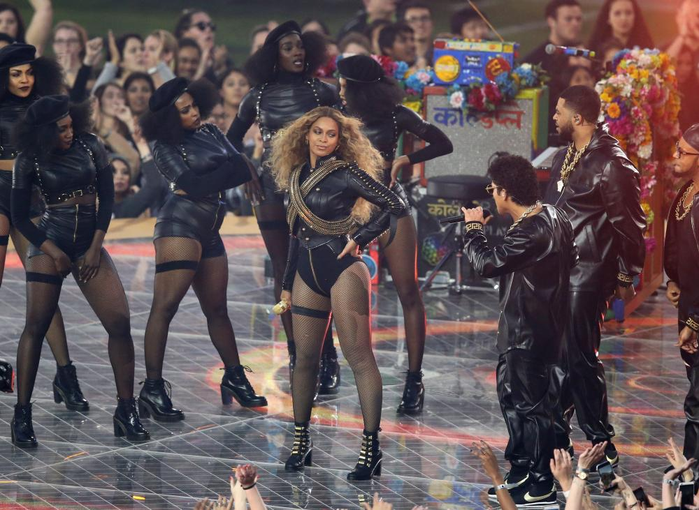 Beyonce performs at the Superbowl.
