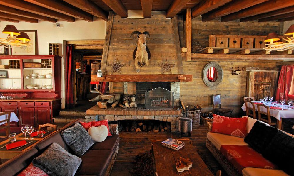 Sitting room with wood beams and panels Hotel Friolin, Paradiski.