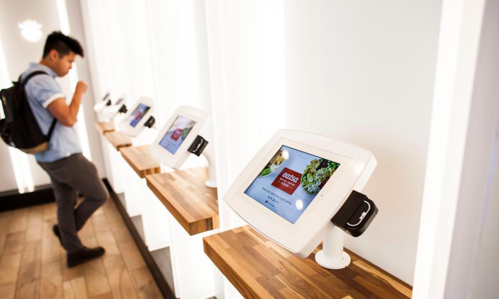 Một khách hàng sử dụng một iPad để đặt và trả cho đơn đặt hàng của mình tại Eatsa, nhà hàng hoàn toàn tự động ở San Francisco.