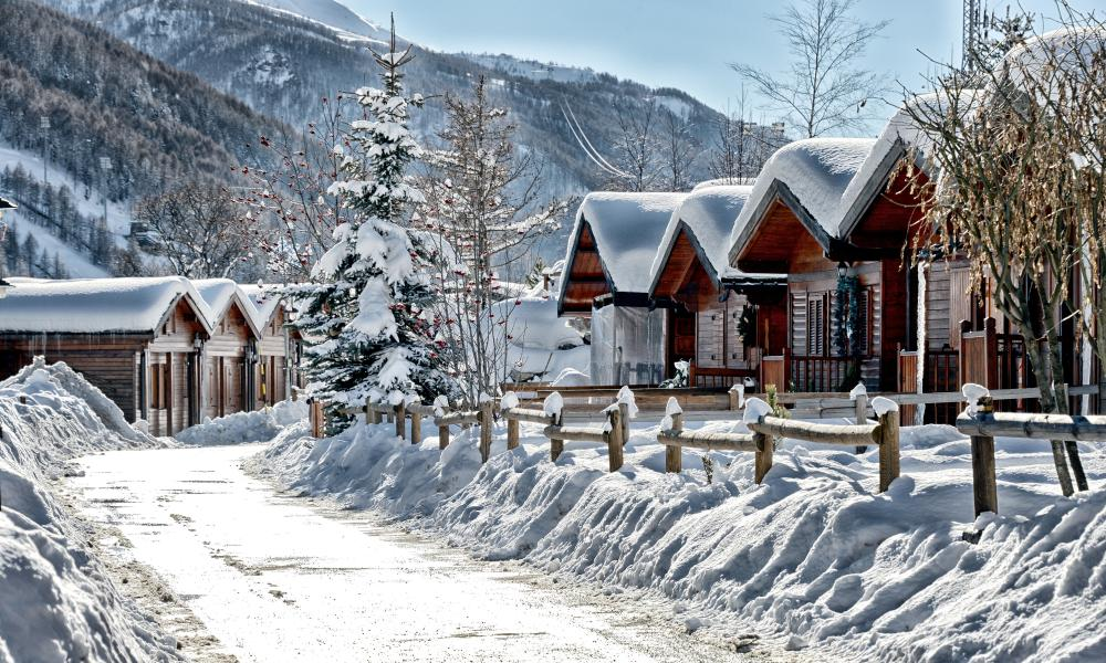 Little snow-topped cabins in Villagio GoFree, Pragelato.