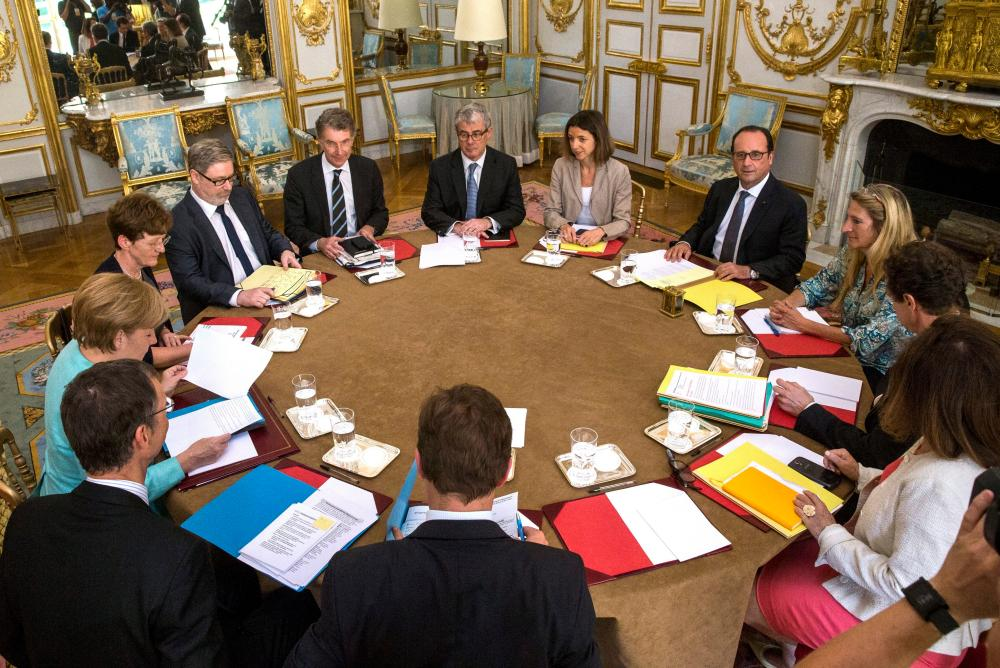 Crisis meeting in Paris between French President and German Chancellor