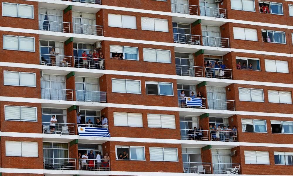 People watch the Punta del Este ePrix from their balconies.