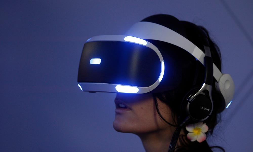 PlayStation VR garnitura bilan gamer.