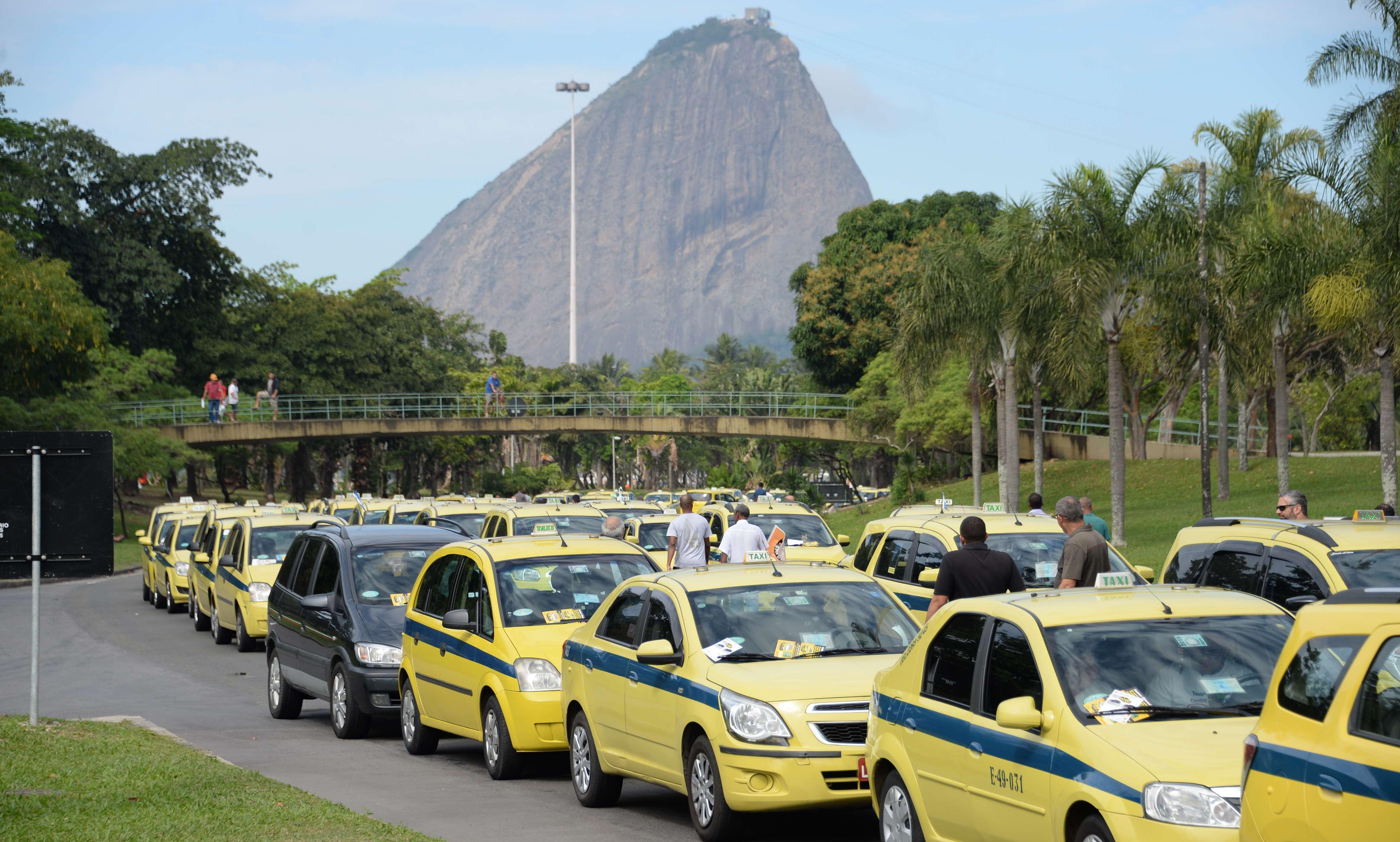 Over a thousand Rio taxi drivers block main city route to protest Uber