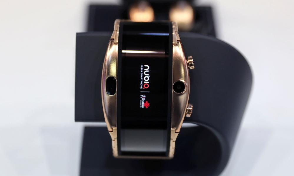 Closing like a snap band around your wrist, the Nubia Alpha's screen bends into a loop.