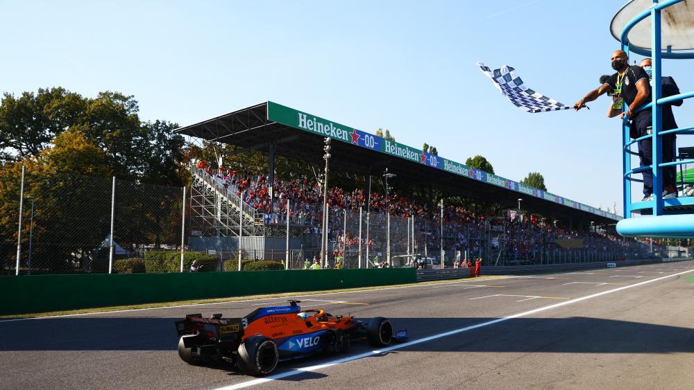 Daniel Ricciardo wins the race.