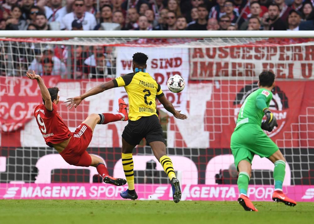 Robert Lewandowski volleys into an empty net.