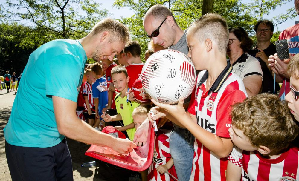Siem de Jong signs autographs for fans as he attends a PSV Eindhoven training session on 23 August 2016.