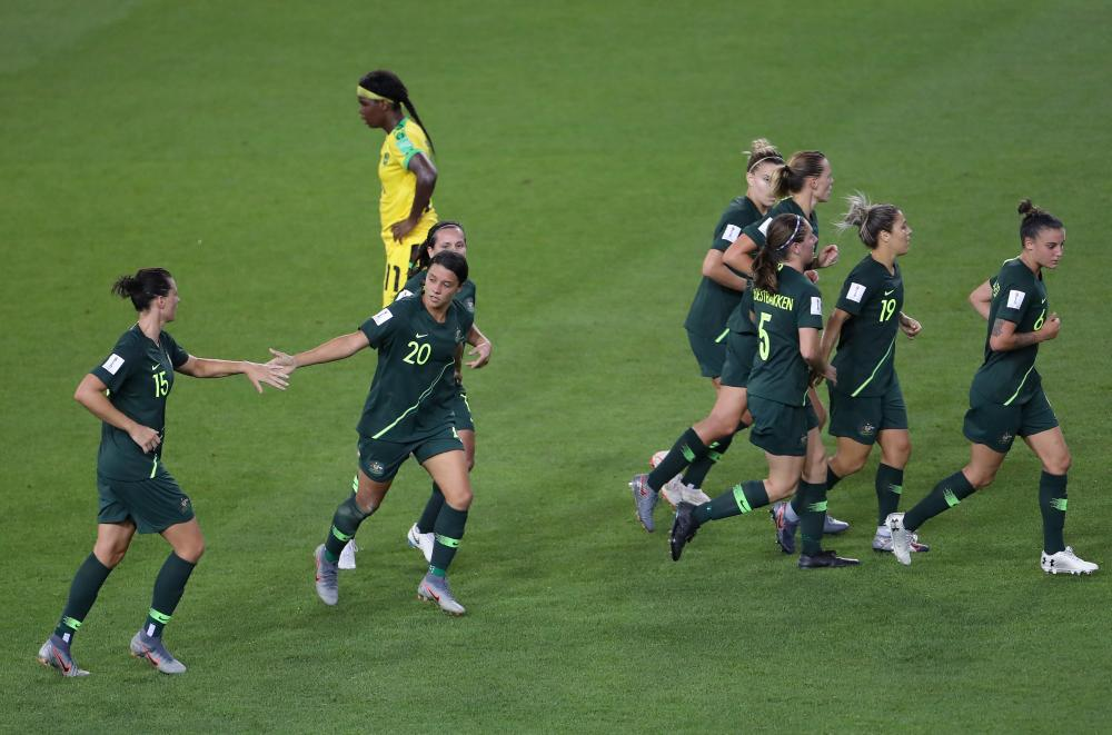 Sam Kerr celebrates her second with teammates.