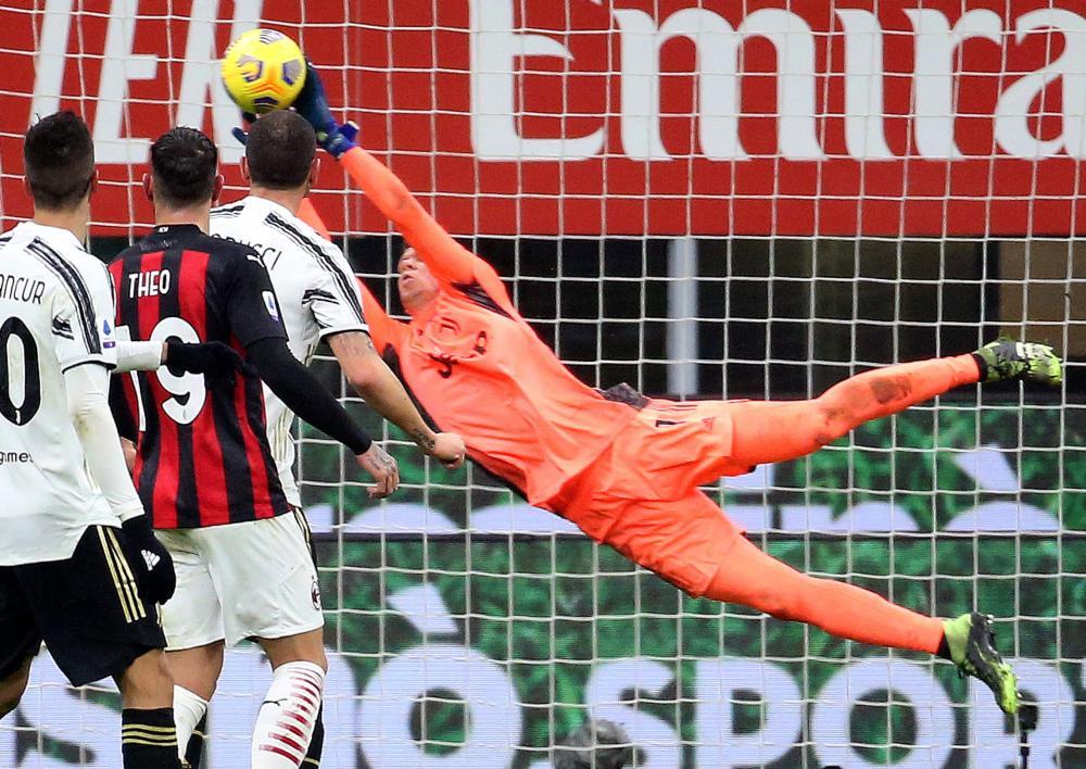Juventus' goalkeeper Wojciech Szczesny makes a save.