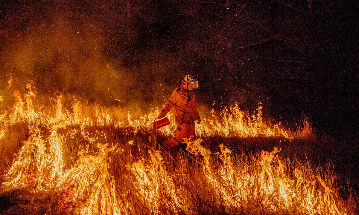 Residents warned to seek shelter as bushfires burn near towns in NSW and Queensland