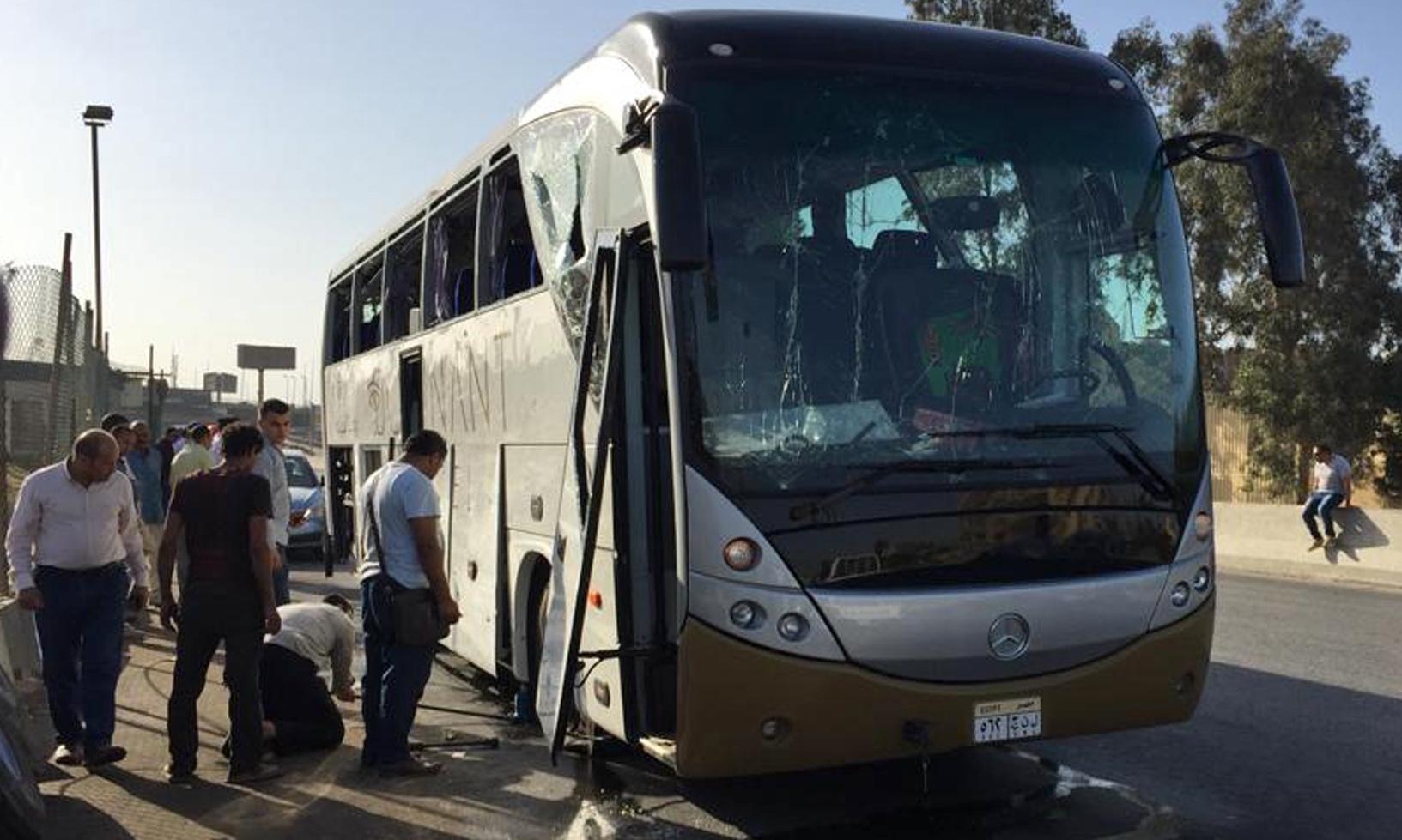 Roadside bomb injures tourists on bus near Giza pyramids