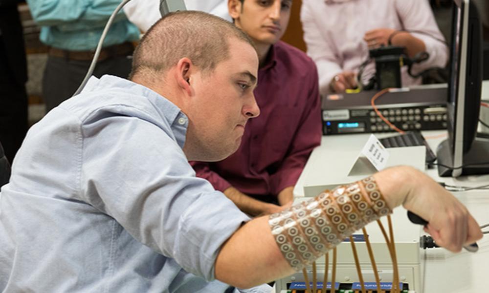 Maleni čip u motornom korteksu mozga pokupi električne signale koji kontroliraju ruku kretanje.