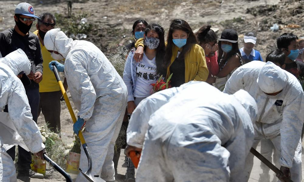 Workers bury an alleged victim of Covid-19 at the Municipal Pantheon of Valle de Chalco, State of Mexico on 4 June 2020.
