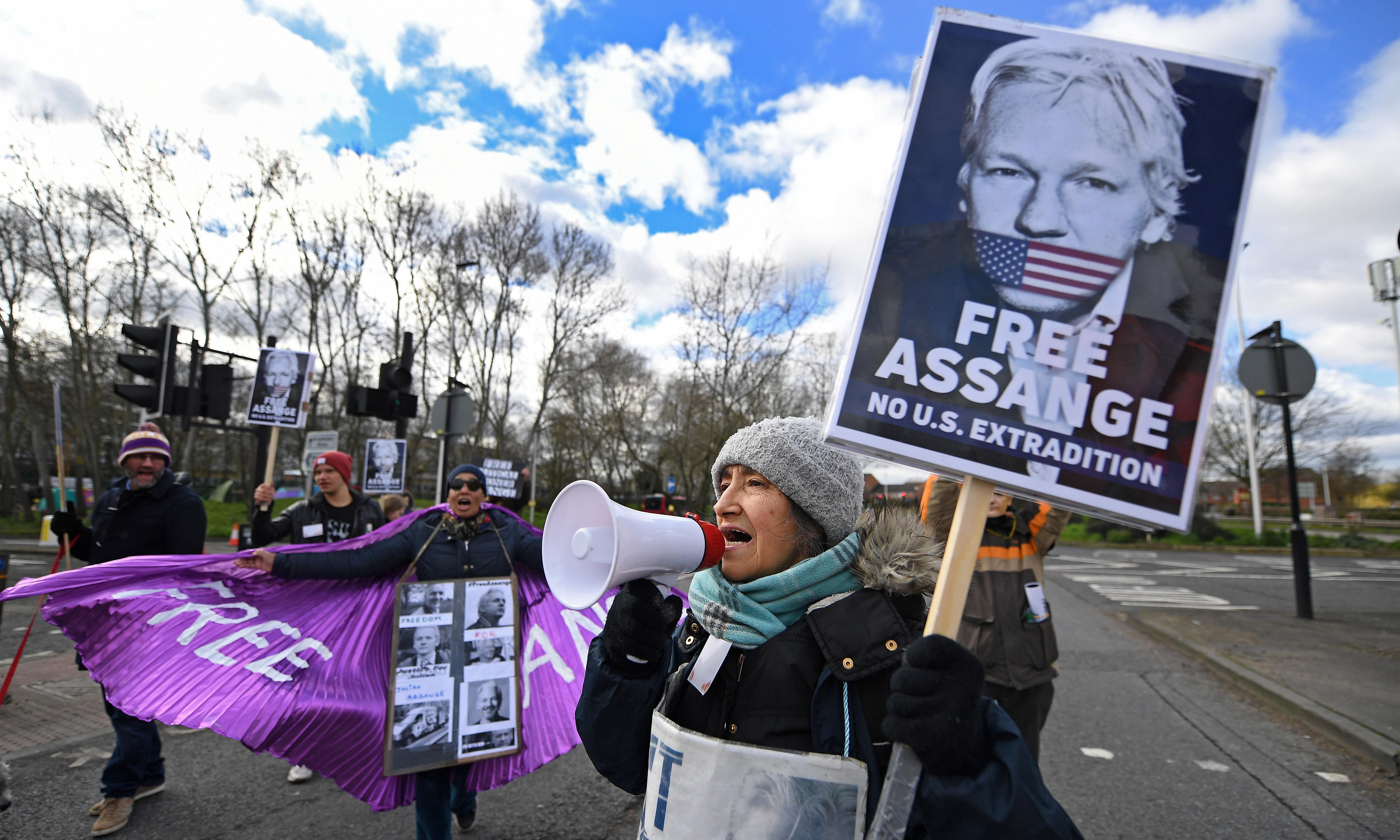 Julian Assange asks to sit with lawyers for extradition case