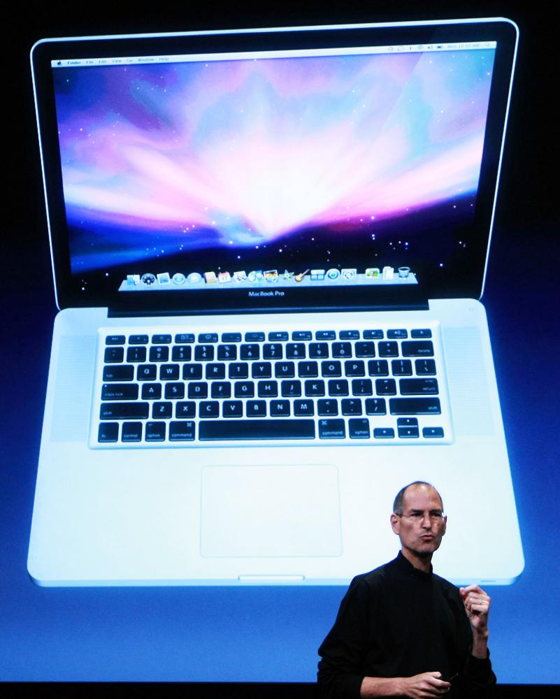 Steve Jobs kun la MacBook