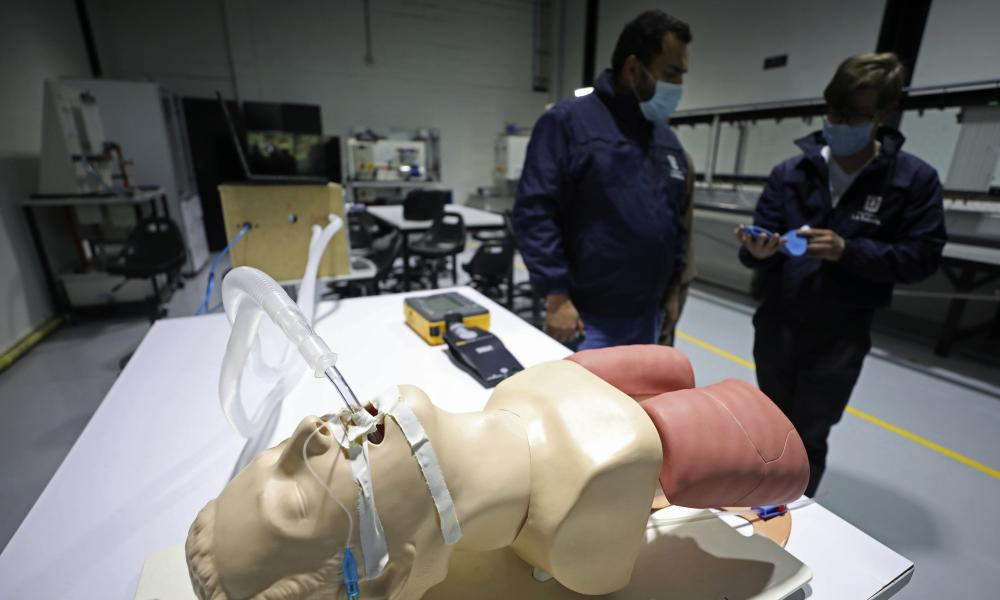 The prototype for a low-cost ventilator is calibrated by engineering professors from La Sabana University.
