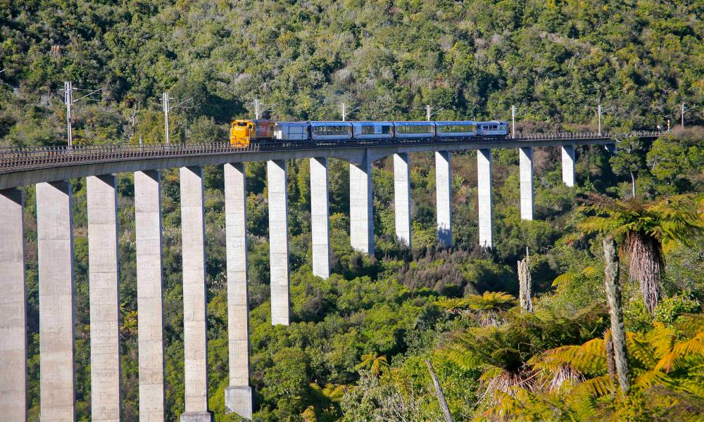 The Northern Explorer transferring the Hapuawhenua viaduct