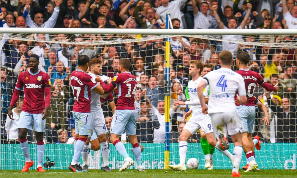 Klich scores for Leeds and it kicks off.