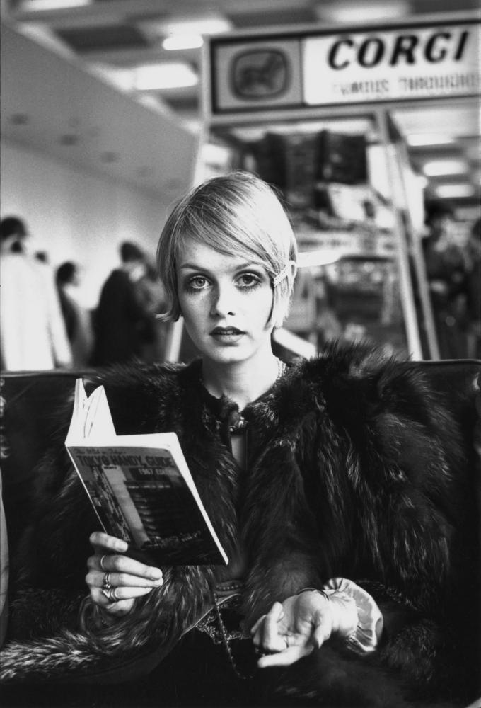 Twiggy reading a guide book to Tokyo