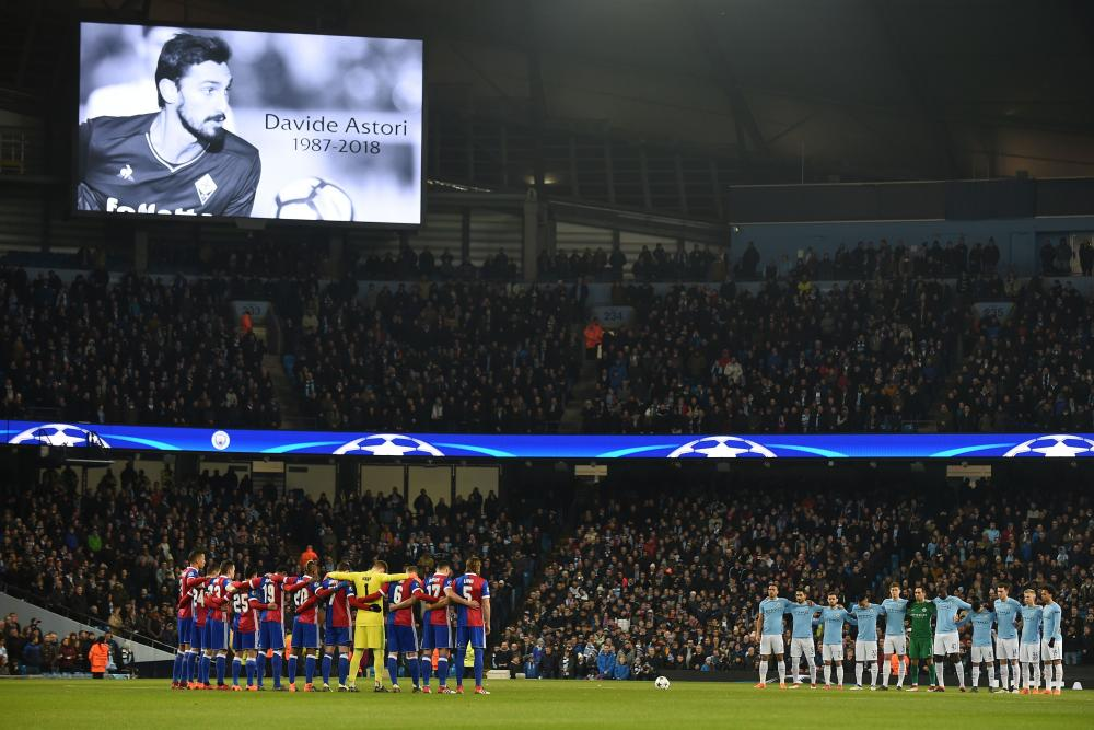 Players and fans from both sides observe a minute's silence for Davide Astori.