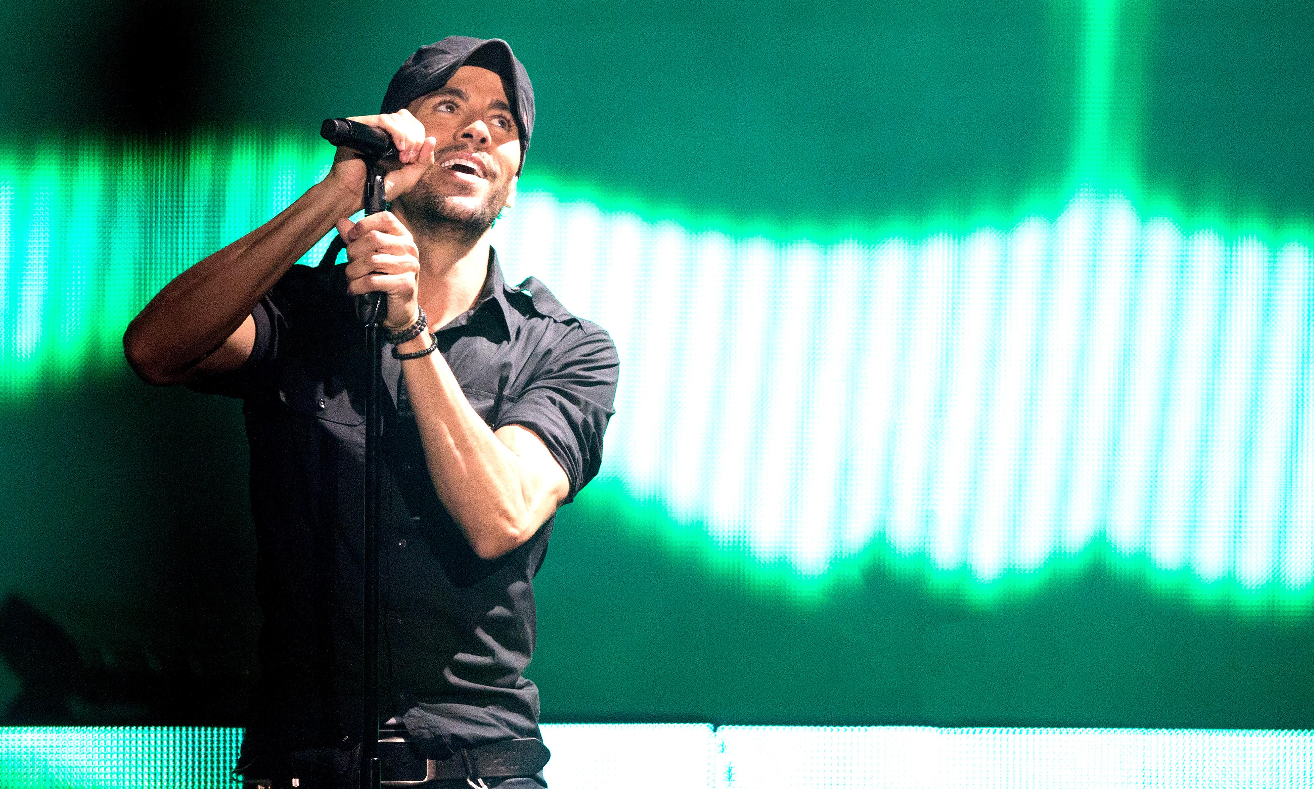 Enrique Iglesias review – charming crowdpleaser gives fans what they want