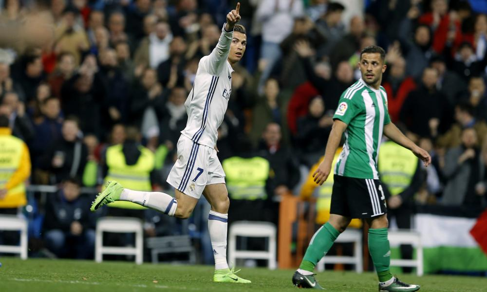 Cristiano Ronaldo is finally spotted by a Real Betis defender, but it's too late.