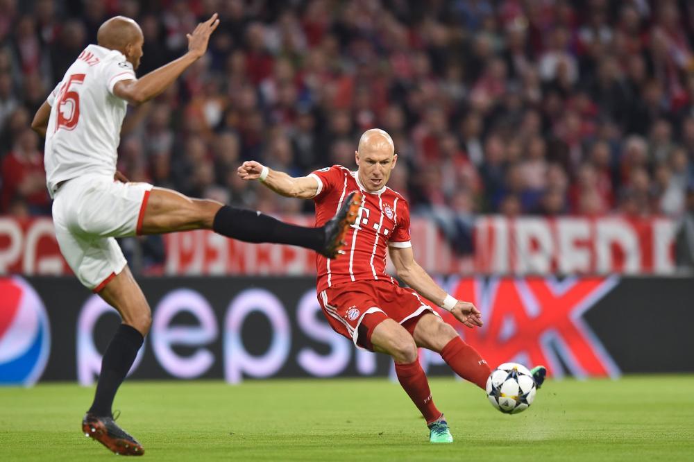 Robben shoots past N'Zonzi.