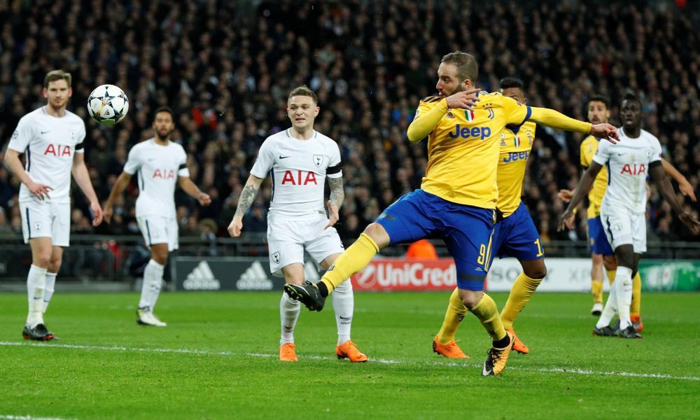 Gonzalo Higuaín expertly volleys Juventus level.