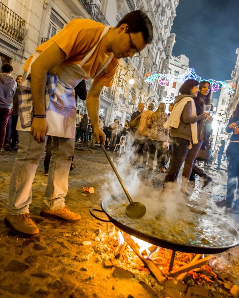 paella Valencia street scene