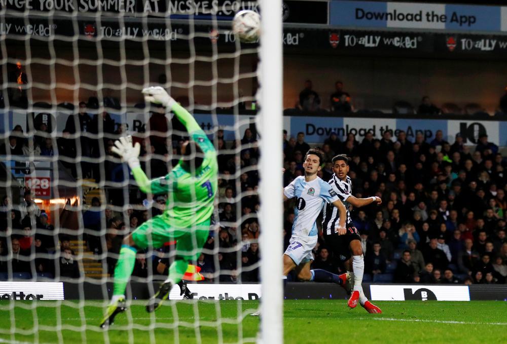 Newcastle United's Ayoze Perez scores their fourth goal.