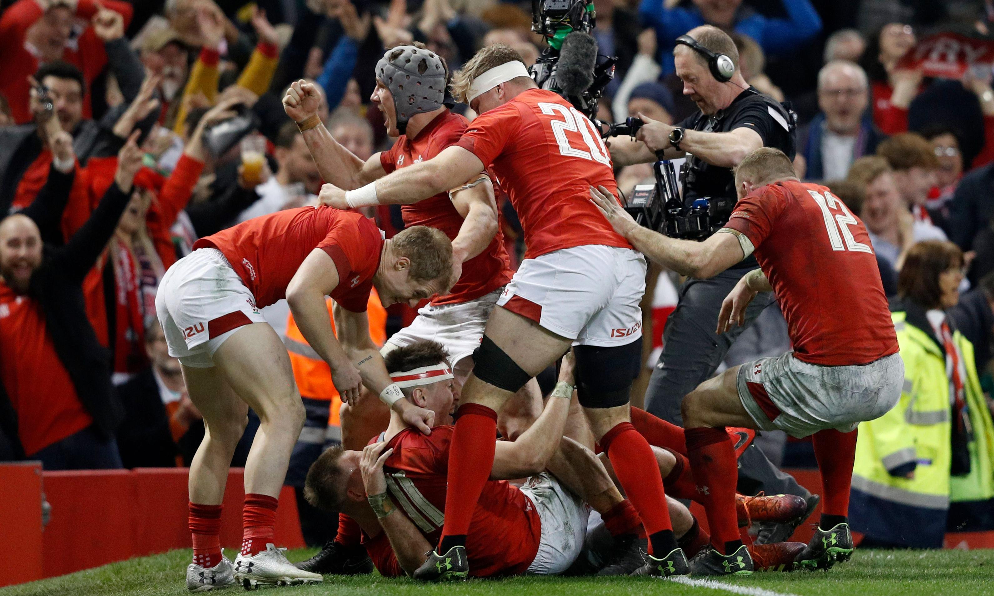 Wales on course for grand slam as late tries shatter England