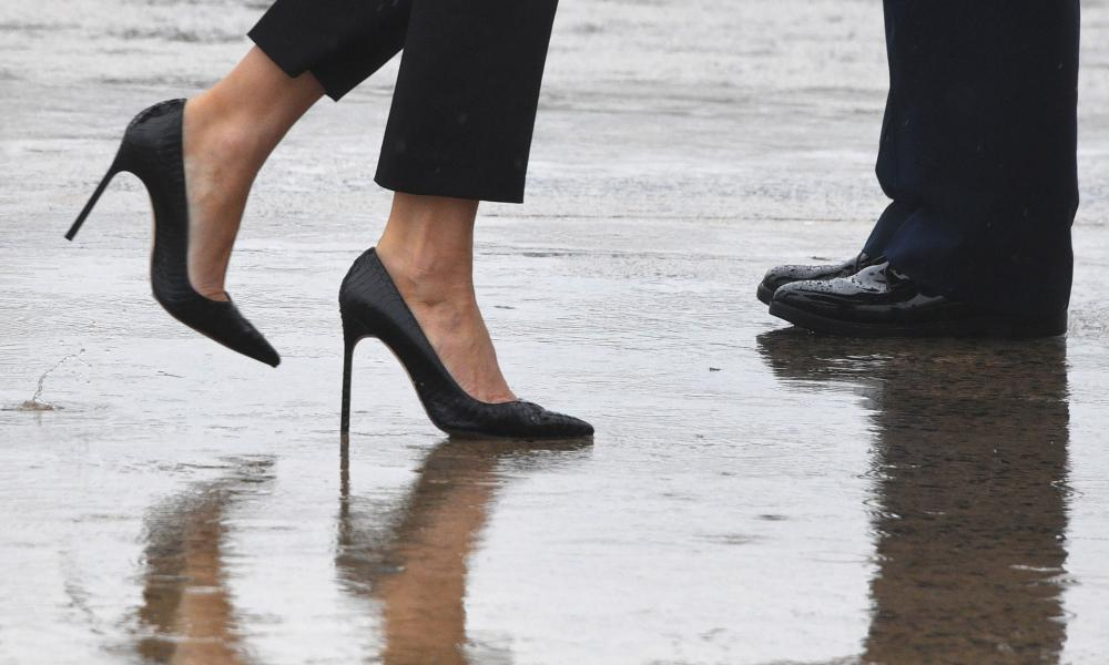 Melania Trump walks in high heels to board Air Force One.
