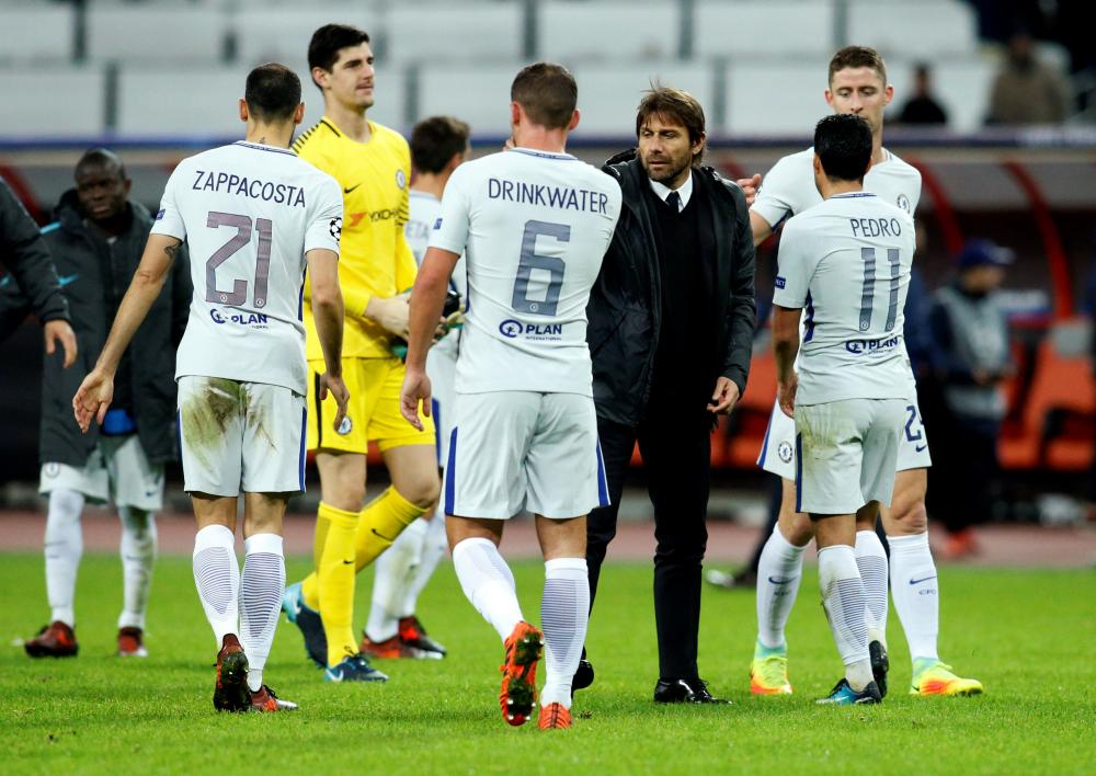 Chelsea's manager Antonio Conte celebrates after the match with Chelsea's players.