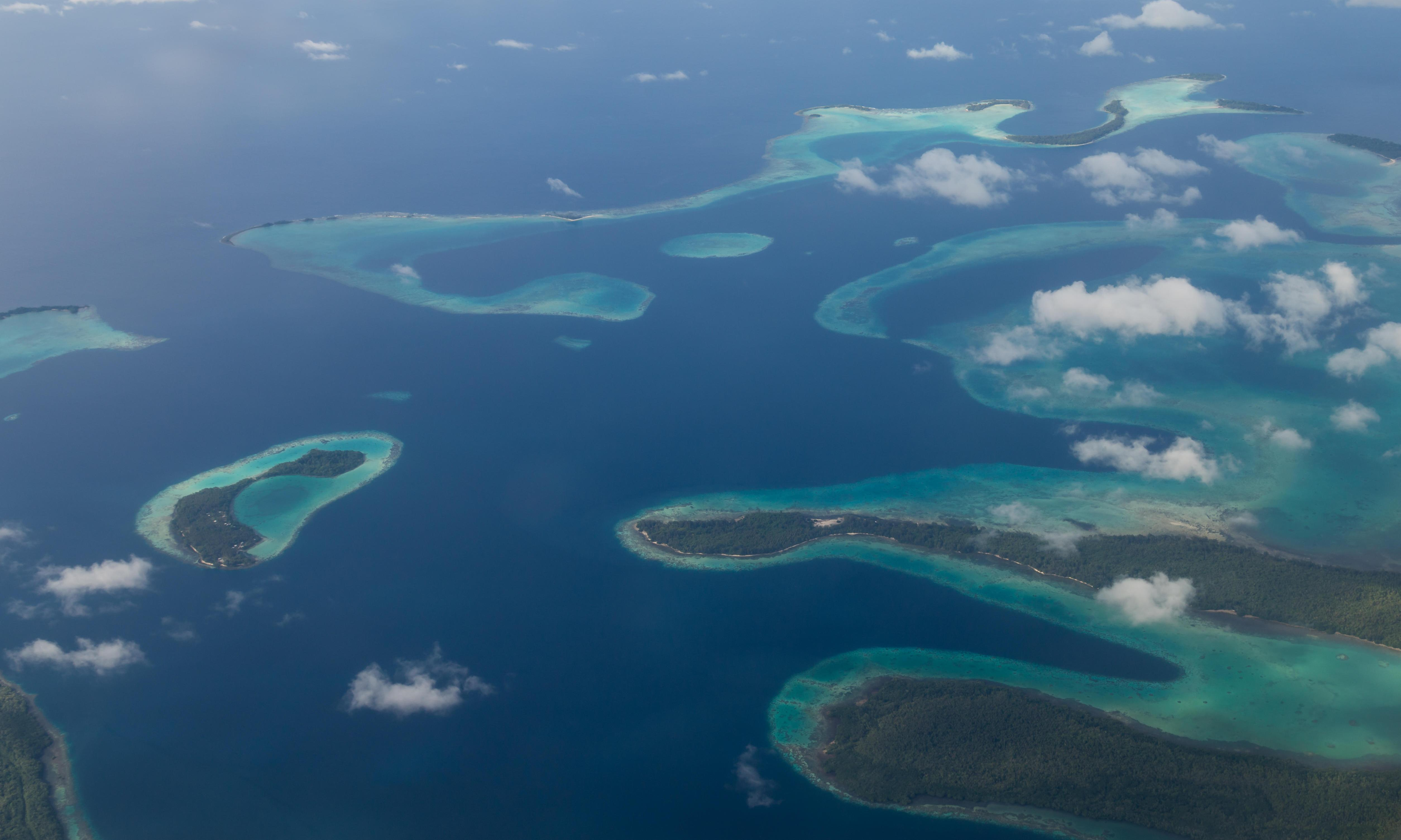 Bulk carrier runs aground on Solomon Islands reef spilling oil