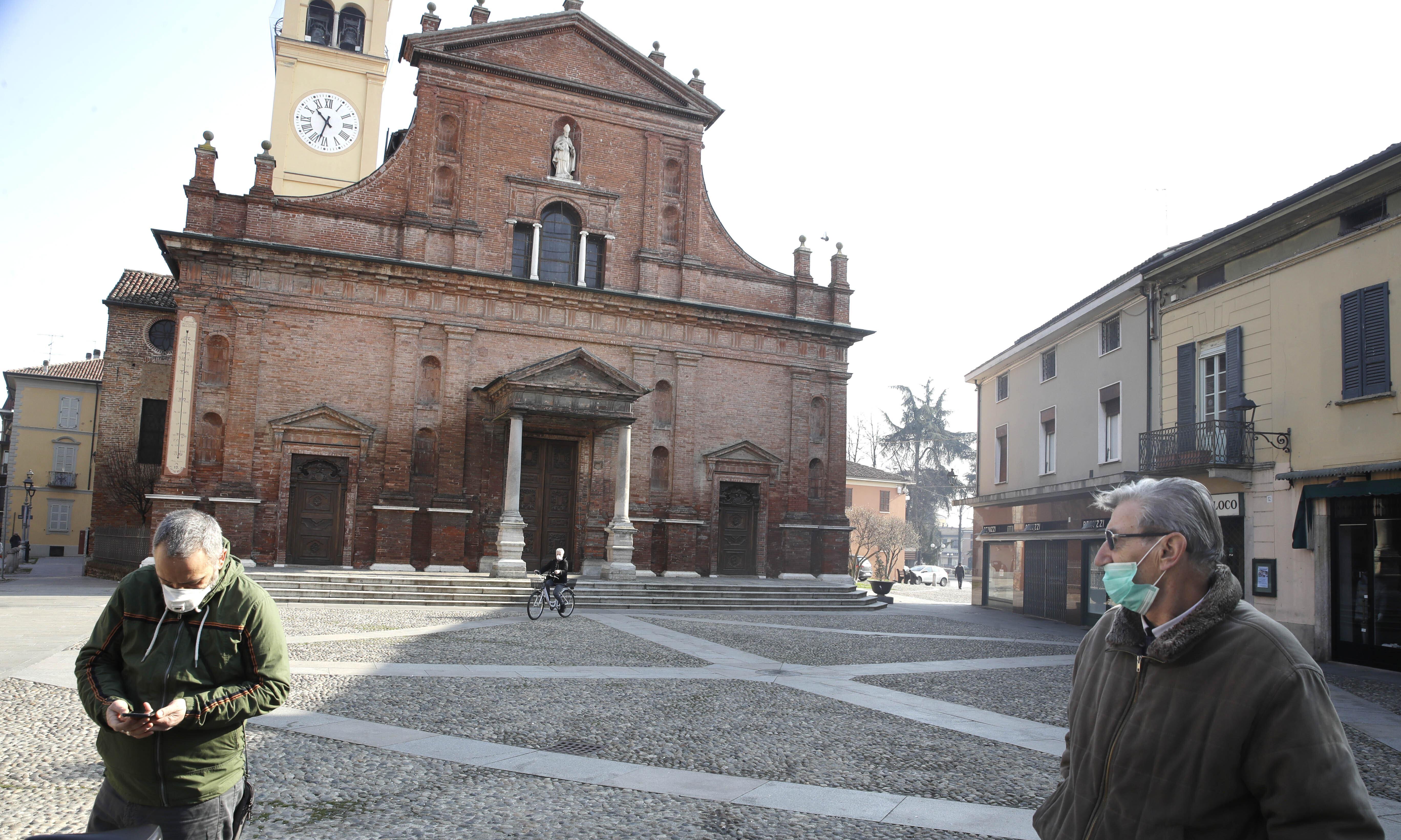 Coronavirus: northern Italian towns close schools and businesses