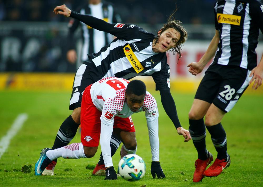 Ademola Lookman attempts to get away from Jannik Vestergaard.