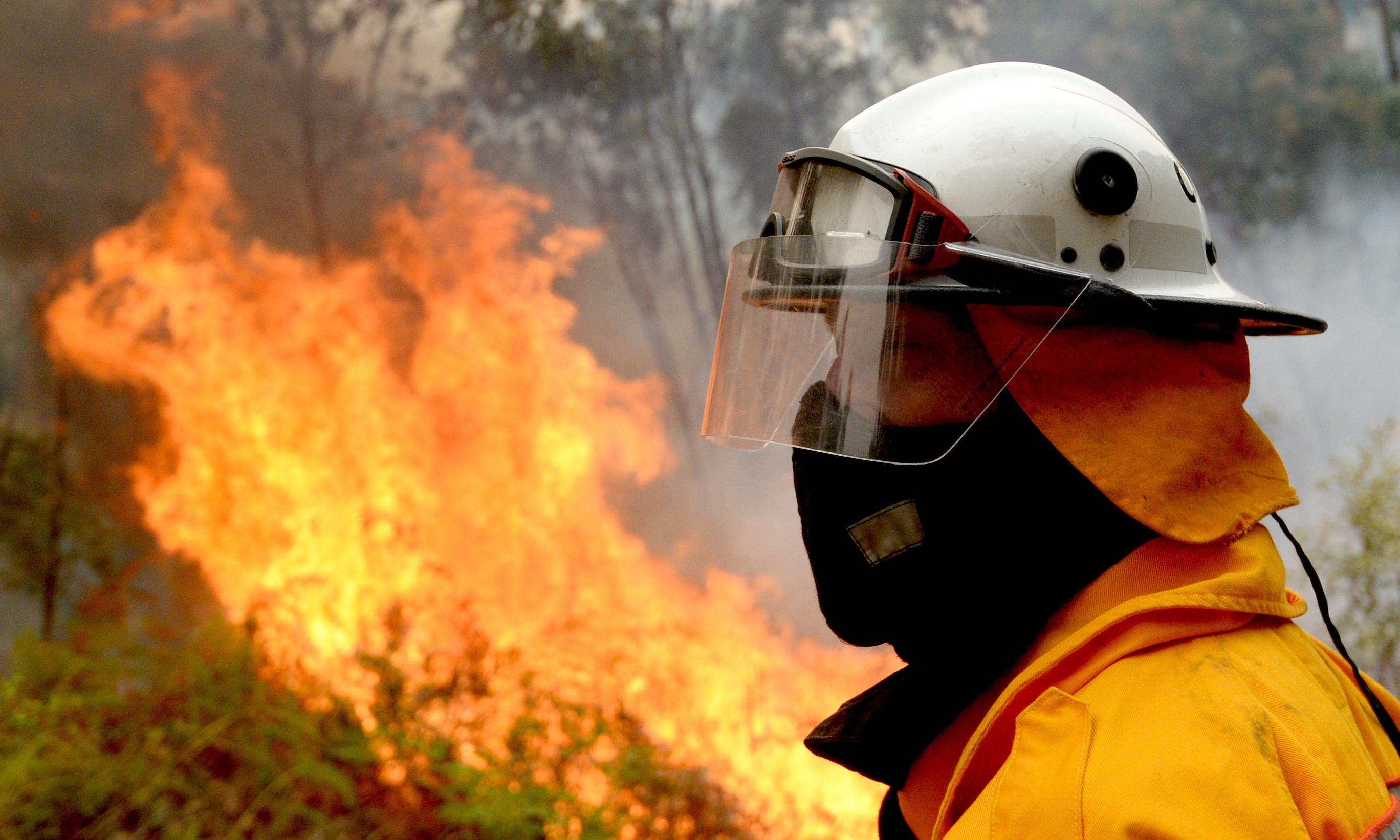 NSW and Qld fires: residents urged to flee bushfire near Toowoomba amid warning of 'bad days' ahead
