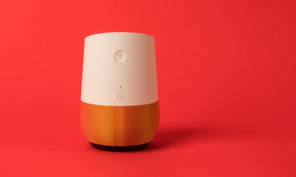 un colpo google altoparlante casa intelligente contro uno sfondo rosso
