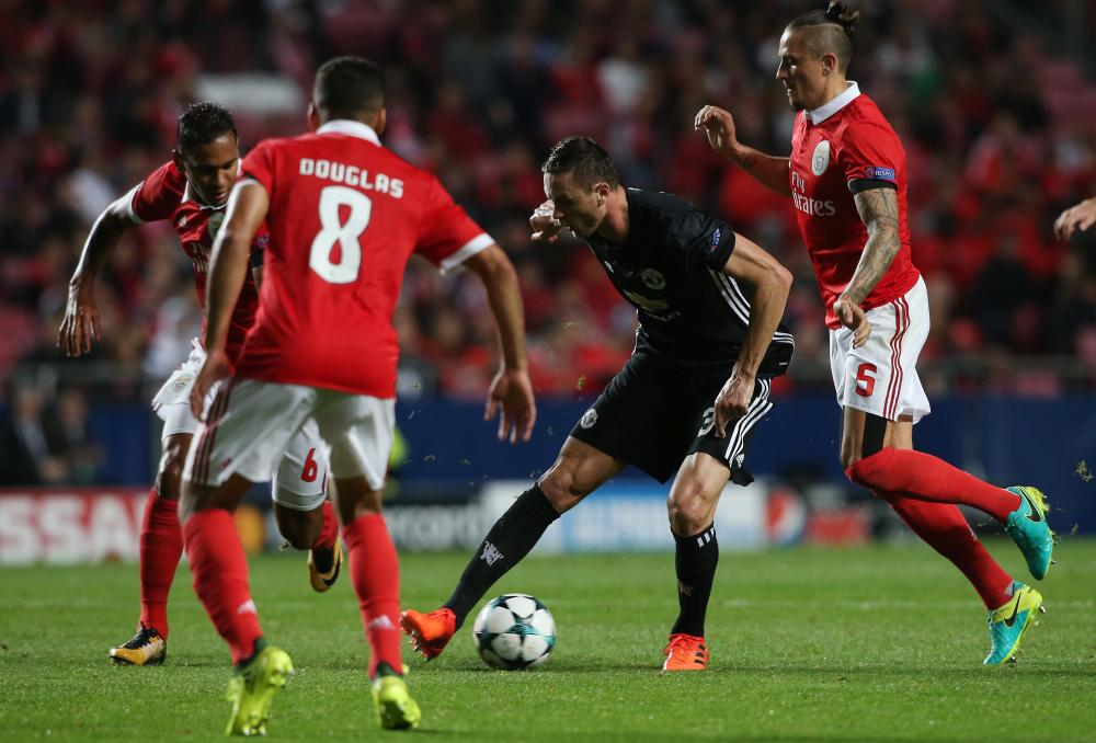 Matic makes his way through the Benfica defence.