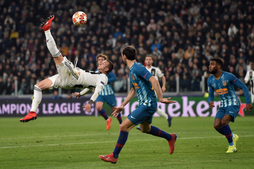Federico Bernardeschi goes close in an acrobatic styleee.