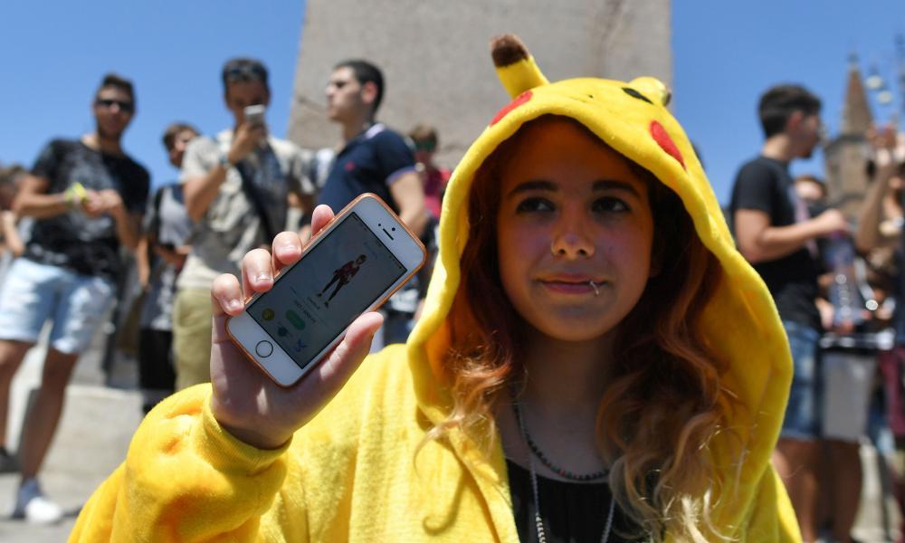 Graczem ubrane jak Pokemon pokazuje jej telefon komórkowy.