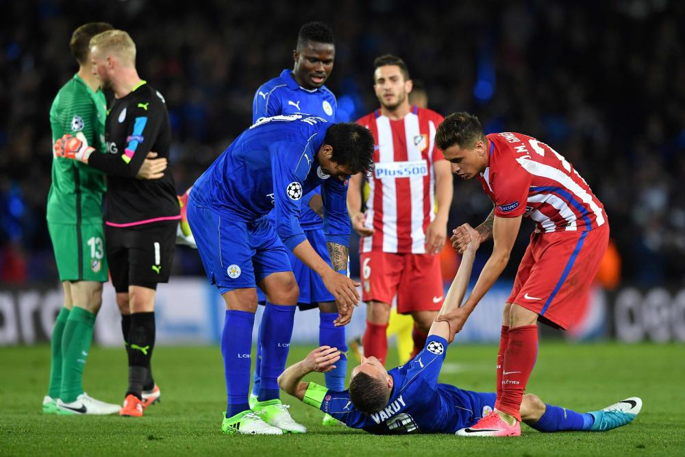 Ulloa and Maria Gimenez help a dejeceted Vardy up.