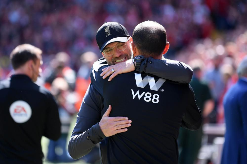 The managers embrace prior to kick-off.