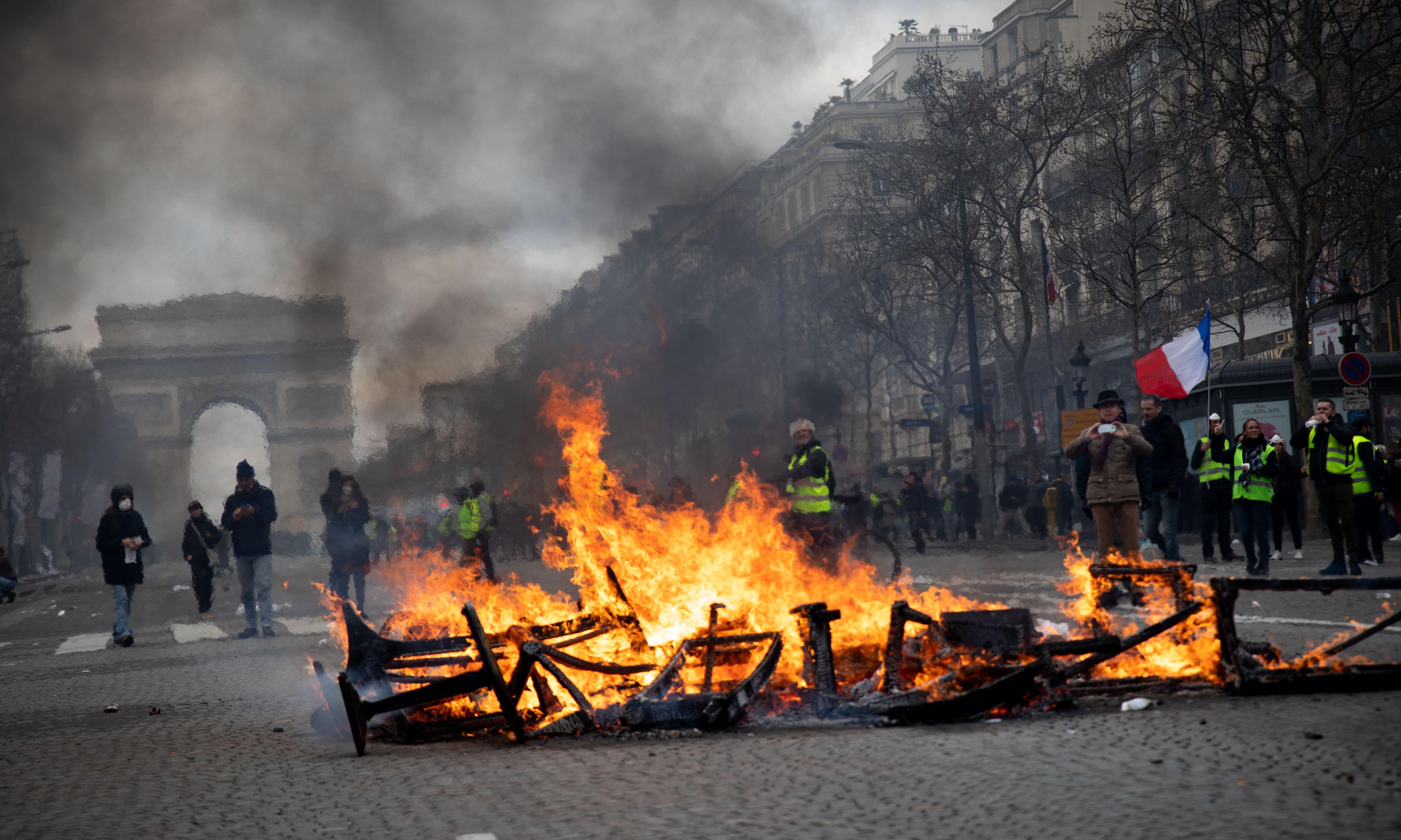 French government unprepared for gilets jaunes riots, critics say