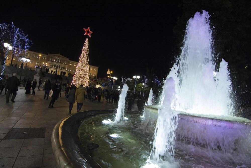 Christmas decorations - Athens, Greece<br>22 Dec 2015, Athens, Attica, Greece --- Dec. 22, 2015 - Athens, Greece - The central Christmas tree is situated at Syntagma square just accross the parliament. Athens is decorated for Christmas as Greece is about to enter it's 6th year of austerity. (Credit Image: © Nikolas Georgiou via ZUMA Wire) --- Image by © Nikolas Georgiou/ZUMA Press/Corbis
